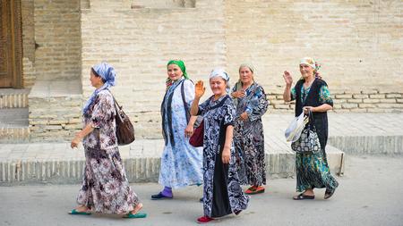 BUKHARA, Usbekistan - 6. Juni 2011: Unbekannte usbekische Frauen kamen, um Samarquand in Usbekistan, 6. Juni 2011 zu sehen. 81% der Menschen in Usbekistan gehören der usbekischen ethnischen Gruppe an Editorial