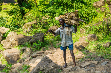 OMO, ETHIOPIA - SEPTEMBER 19, 2011: Unidentified Ethiopian man carries stuff. People in Ethiopia suffer of poverty due to the unstable situation 新闻类图片