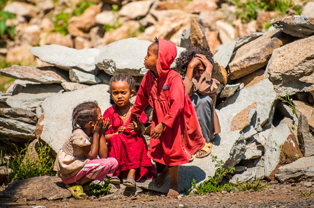 OMO, ETHIOPIA - SEPTEMBER 21, 2011: Unidentified Ethiopian girls in the street. People in Ethiopia suffer of poverty due to the unstable situation 新闻类图片