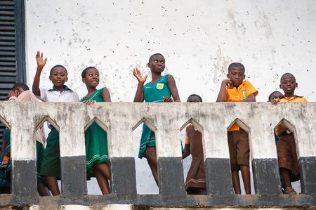 GHANA, Akra - 2 marca 2012: Uczniowie z różnych szkół w Ghanie odwiedzający zamek Elmina w Akrze, Ghana, 2 marca 2012 r. Zamek Elmina jest wpisany na Listę Światowego Dziedzictwa UNESCO