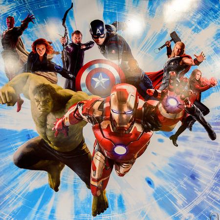 LAS VEGAS, NV, USA - SEP 20, 2017: Marvel superhéroes Iron Man, Thor, Hulk, Black Widow, Hawkeye, Vision, Vanda Scarlet Witch en el complejo de la estación de los Vengadores en Las Vegas.