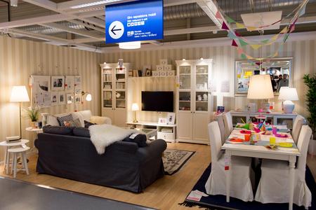 LUGANO, ZWITSERLAND-4 NOV 2017: Woonkamer, IKEA winkel in Lugano, Zwitserland. Het bedrijf werd in 1943 in Zweden gevonden Redactioneel