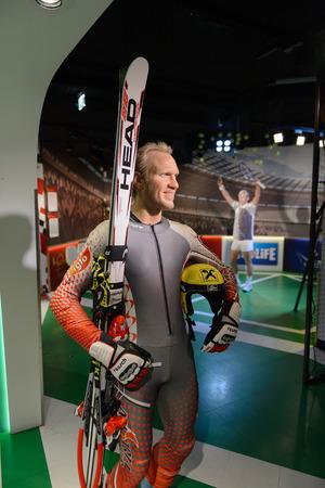 VIENNA, AUSTRIA - OCT 4, 2017: Hermann Maier, an Austrian former World Cup champion alpine ski racer and Olympic gold medalist, Madame Tussauds wax museum in Vienna. Imagens - 114036915