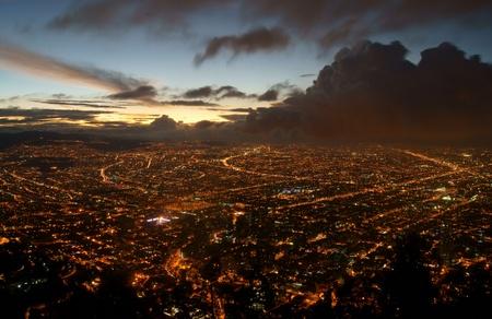 Die Stadt Bogota, Kolumbien in der Nacht von den Höhen des Monserrate genommen. Ein Sturm zieht um in aus dem Nordwesten