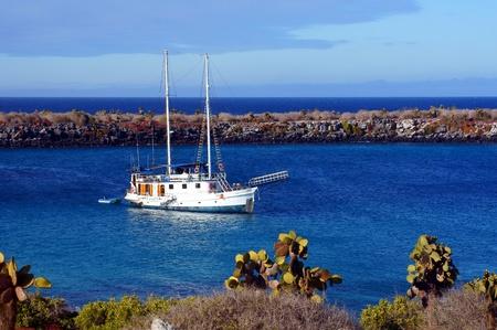Un yate anclado en la Plaza Islas, Galápagos, Ecuador