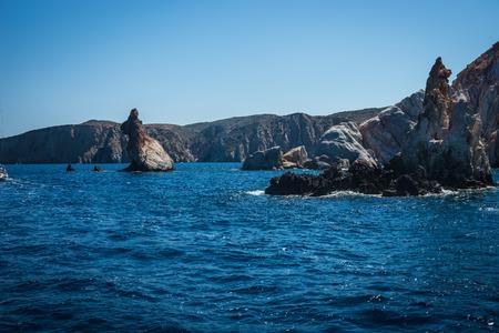 Foto von malerischen Felsen vor der Küste der Insel Milos, Griechenland Standard-Bild