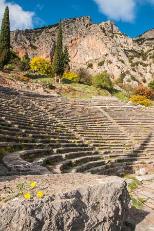teatro antiguo: Imagen de las ruinas de un antiguo teatro griego en Delphi, Grecia