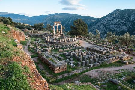 ancient greece: Imagen de las ruinas de un antiguo templo griego de Apolo en Delfos, Grecia Foto de archivo