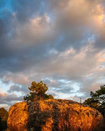 바위와 구름과 일몰 풍경의 이미지