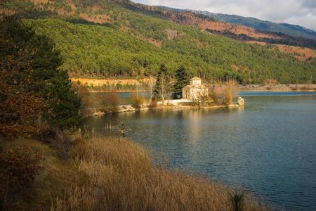 templo griego: Tiny church on an island in Lake Doxa on Peloponnese, Greece Foto de archivo