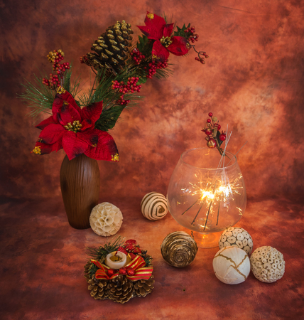 colores calidos: Navidad sigue la vida con luces de bengala y adornos en colores c�lidos