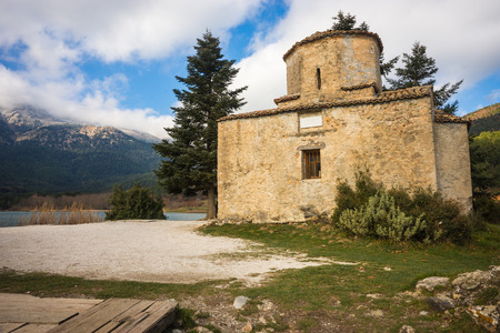 the medieval: Tiny church on an island in Lake Doxa on Peloponnese, Greece Foto de archivo