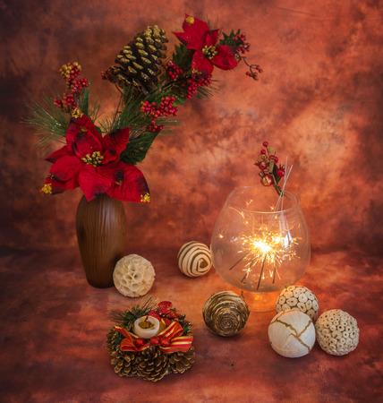 warm colors: Navidad sigue la vida con luces de bengala y adornos en colores cálidos