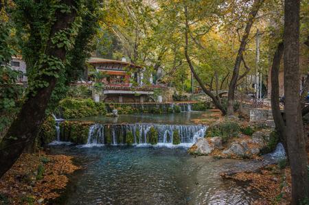 Paysage d'automne avec une rivière et une petite maison, Livadia, Grèce Banque d'images