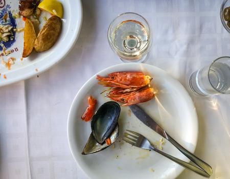 Image d'assiettes vides avec des restes de nourriture après le déjeuner