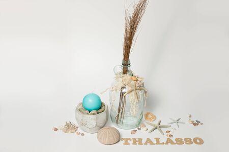 Éléments maritimes et de bien-être avec word THALASSO sur fond blanc