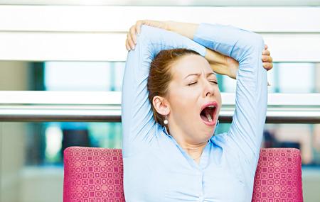 lenguaje corporal: Su es demasiado pronto para que esta reunión Retrato del primer sueño mujer de negocios, sentado en el sillón boca abierta bostezando, los ojos cerrados, con aire aburrido