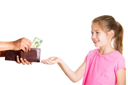 Ritratto del primo piano bambina adorabile esigenti, chiedendo soldi per indennità, ragazzo tira fuori i soldi, contanti, banconote da un dollaro dal portafogli per darle, isolato sfondo bianco. Concetto di budget familiare