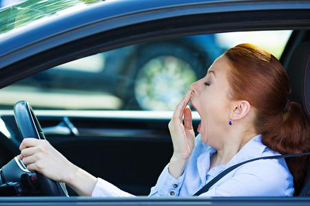 manejando: Primer retrato de so�oliento, cansado cansado, joven atractiva mujer agotada, conduc�a su autom�vil