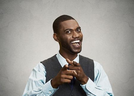 excitación: Primer retrato, joven apuesto hombre de negocios con las dos manos las armas firman gesto que apunta a que la cámara, aislado negro fondo gris. Emoción positiva humana sentimientos de expresión facial, los signos, los símbolos