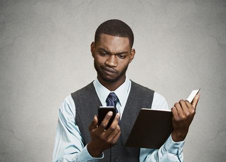 business skeptical: Retrato del primer confundido, el hombre de negocios esc�ptico, noticias lectura ejecutiva en el tel�fono inteligente