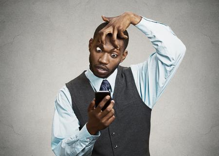 Großansicht Porträt schläfrig, lustig aussehender junger Mann, Finger halten die Augen offen, niedrigen Energieverbrauch, versuchen wach halten Smartphone zu bleiben isoliert schwarzen Hintergrund Negative Gesichtsausdruck Emotion, Gefühl Standard-Bild