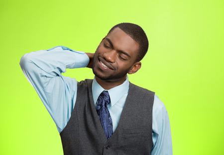 crick: Ritratto del primo piano, giovane dirigente con dolore spinale collo vertebra toracica dopo lunghe ore di lavoro, studiare, isolato sfondo verde. Mancanza di supporto ergonomico. Faccia espressione, sentimenti