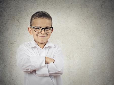 niños latinos: Primer retrato de pie, sonriente poco Boy, hombre feliz joven con las manos cruzadas, aislado gris, fondo negro copia espacio emociones humanas positivas, las expresiones faciales, la percepción de vida, el lenguaje corporal Foto de archivo