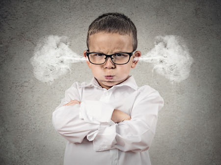 Close-up portret boze jongen, blazen stoom uit de oren, over hebben Nervous atomaire afbraak, geïsoleerde grijze achtergrond Negatieve menselijke emoties, Gezichtsuitdrukking, gevoel houding reactie Stockfoto