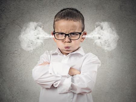 nerveux: Portrait Gros plan Angry jeune gar�on, Souffler vapeur sortant de l'oreille, ont sur panne atomique nerveux, isol�s fond gris �motions humaines n�gatives, Visage expressif, sentir la r�action d'attitude