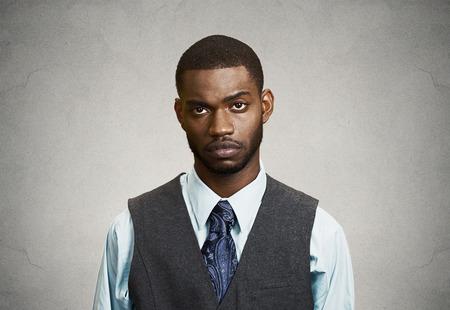 Close-up portret, headshot Depressieve jonge man, geïsoleerde grijze muur achtergrond. Negatieve menselijke emoties, gezichtsuitdrukkingen, lichaamstaal, het leven perceptie, gevoelens. Geestelijke gezondheid concept van