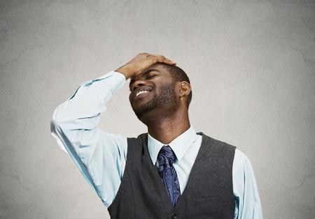 mur noir: Gros homme portrait avec expression triste, isol� sur gris, mur fond noir. Les �motions humaines, le langage corporel, la perception de la vie. Duh instant. Banque d'images