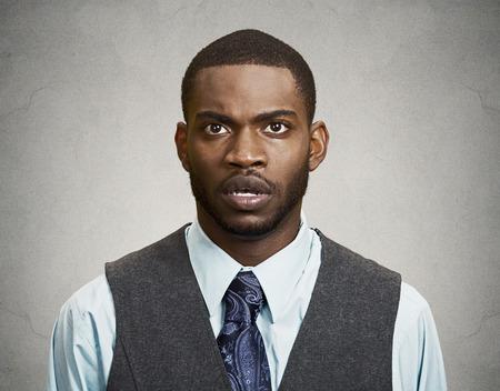 expresion corporal: Retrato del primer enojado, enojado Shocked, Aturdido joven Hombre sorprendido, incrédulo aislado gris, fondo negro. La emoción negativa humana, la expresión facial, los malos sentimientos, el lenguaje corporal, ataque de pánico