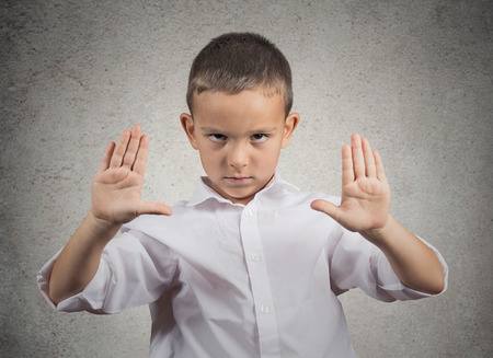 no pase: Retrato del primer enojado, molesto joven, disgustado levantando las manos para decir ninguna parada ahí aislado fondo de la pared gris. Emoción humana negativa, la expresión facial, signo, gesto, el lenguaje corporal