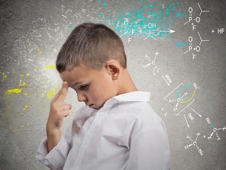 human mind: Pensamientos Brainstorm lateral del primer retrato de vista joven resoluci�n de problemas de ciencia, pensando mucho, aislado en expresiones fondo gris de la pared de la cara humana, las emociones, el lenguaje corporal, la percepci�n vida Foto de archivo