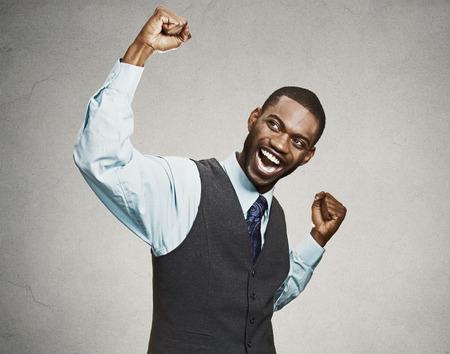hombres negros: Retrato del primer estudiante exitoso, aislado hombre de negocios de éxito que gana, puños bombeado que celebra la pared de fondo gris feliz. Emoción humana positiva, expresión facial. Percepción vida, logro
