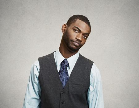 business skeptical: Hombre de negocios con cara de expresi�n molesta, aislado fondo de la pared gris. Las emociones humanas, los sentimientos, el lenguaje corporal, la percepci�n de vida, actitud