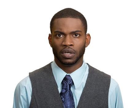 Close-up portret van sprakeloos, beledigd geschokt, verbijsterd verrast jonge man, in ongeloof op een witte achtergrond