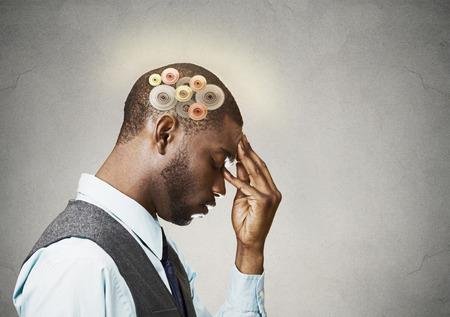 inteligencia emocional: Perfil de la vista lateral del primer del hombre reflexivo aislados sobre fondo gris de la pared