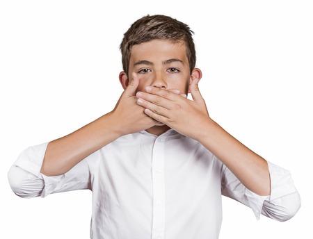 responsabilidad: Retrato de hombre joven, estudiante, muchacho, cubriéndose la boca con las manos no hablar. No hables mal concepto, fondo blanco aislado. Las emociones humanas, expresiones faciales, los sentimientos, los signos, la percepción alrededores