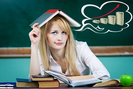 Primer mujer de negocios retrato, estudiante, profesor de estar en el escritorio pensando cómo hacer dinero buscando aislado fondo pizarra verde preocupados, signos de dólar burbuja llena. Emoción expresión facial