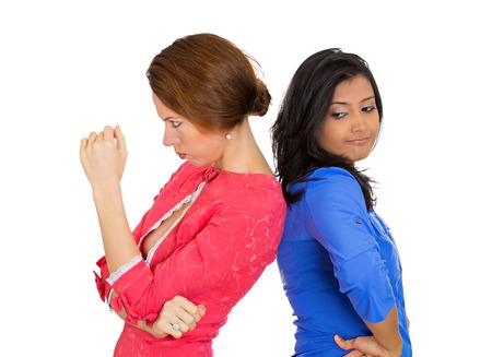 conflictos sociales: Primer retrato de dos infelices, niñas enojadas, espalda con espalda, odio decepcionado triste mutuamente fondo blanco aislado. Emoción humana Negativo facial expresión, sentimiento, situación de conflicto lenguaje corporal