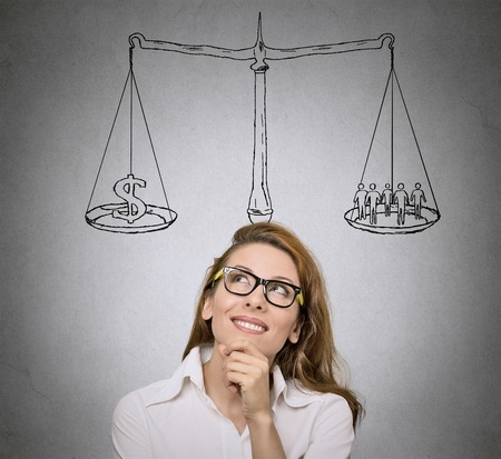 バランス。人生の選択肢、優先順位、機会、可能性。女性は、学生の思考、ソリューション灰色壁の背景を探しています。顔の表情