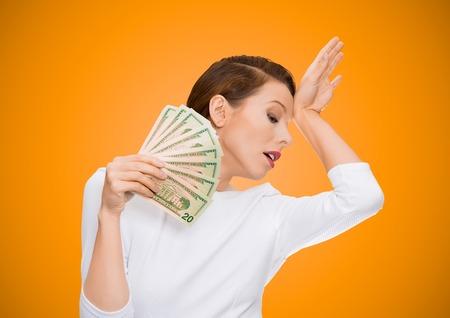私は金持ちの甘やかされて育ったドラマの女王です。ドル紙幣うそファンを保持している肖像画の魅力的な女性モデルは疲れてメランコリックな現実には、孤立したオレンジ色の背景から分離を感じています。人間の顔の表現の感情 写真素材 - 31661511