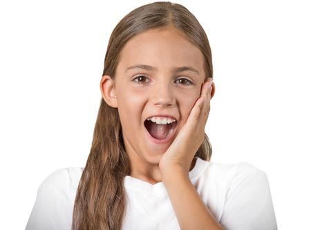 no pase: Sorpresa. Primer retrato chica adolescente sorprendida con los ojos muy abiertos, la boca abierta boquiabierto, asombrado, fondo blanco aislado. Las emociones humanas, la expresión facial, el sentimiento, el lenguaje corporal, la reacción