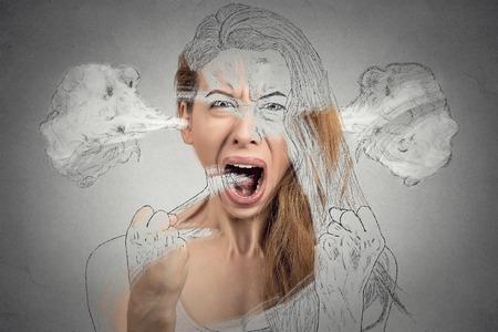クローズ アップ肖像画怒っている若い女性分離の灰色の背景を叫んでヒステリックな神経衰弱を持つ耳から出てくる蒸気を吹いています。否定的な