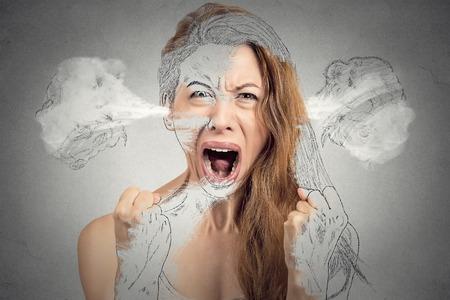 クローズ アップ肖像画怒っている若い女性隔離された灰色の背景を叫んでヒステリックな神経衰弱を持っている耳から出る蒸気を吹きます。人間の