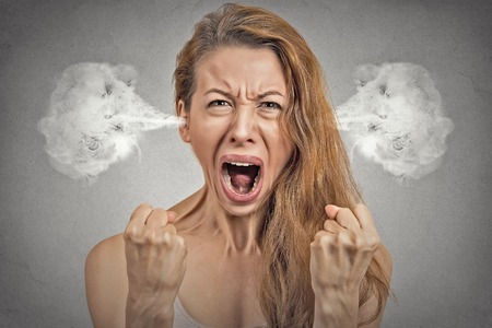 mujer enojada: Retrato del primer mujer enojada joven que sopla el vapor que sale de las orejas, teniendo desglose atómica nervioso, gritando aislados fondo gris de la pared. Negativo emoción humana expresión facial sentimiento actitud