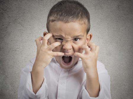 Close-up portret boos kind, jongen schreeuwen hysterische veeleisend, met zenuwinzinking geïsoleerd grijze muur achtergrond. Negatieve menselijke emotie gezichtsuitdrukkingen, lichaamstaal, houding, perceptie Stockfoto