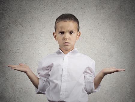 Close-up portret clueless, ongelukkig kind jongen met wapens uit te vragen wat Stockfoto